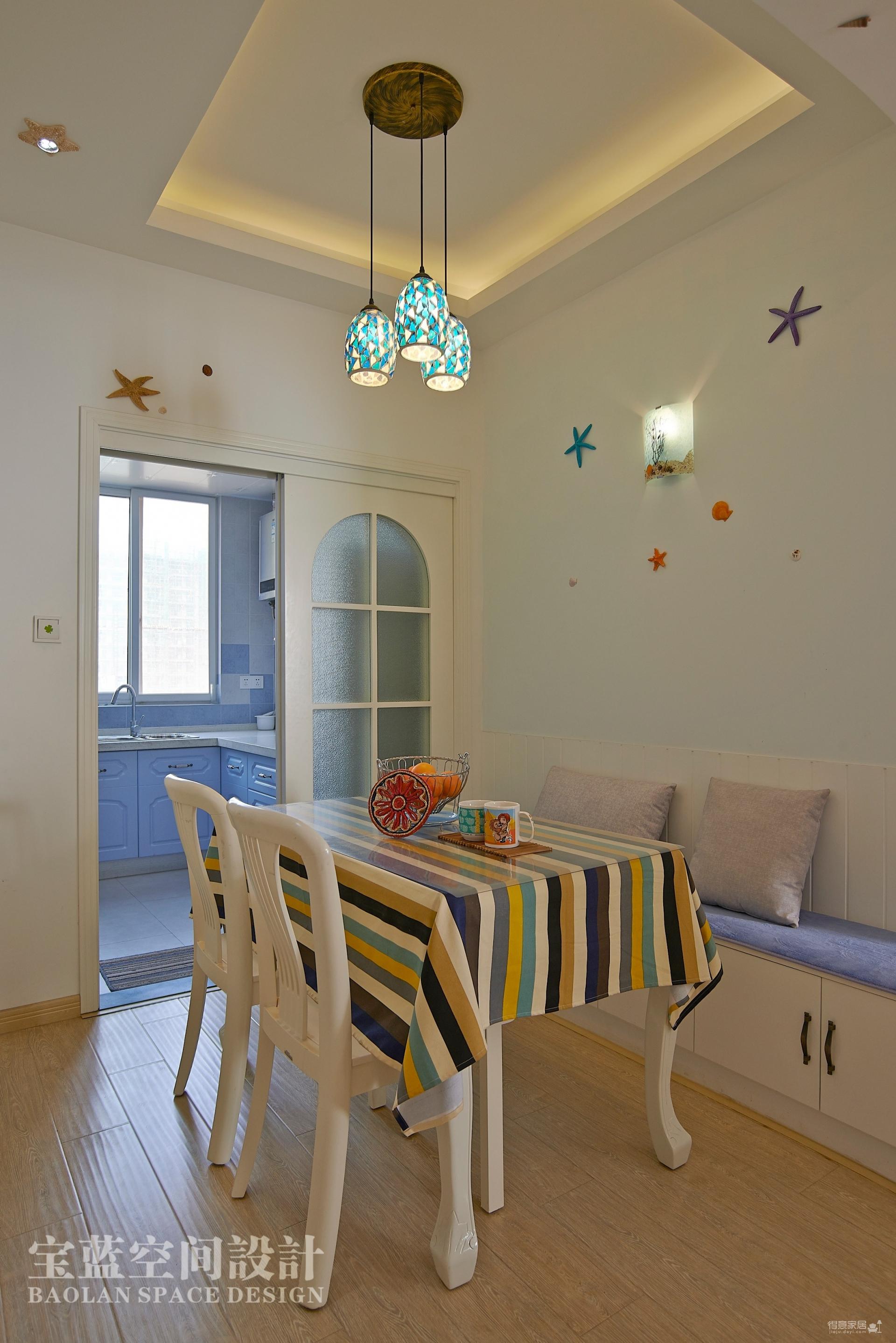 当代安普顿-92平-客户是两个年轻人,喜欢地中海的小清新,但是买房后预算不是很充足,后期的风格定位为地中海风格和简约风格的混搭,现场制作的造型比较少,后面进软饰和家具搭配的比较多。整套方案完工后,是在简约的框架里,搭配地中海的部分主题色彩以及层次需要,完成了简单的地中海风格。