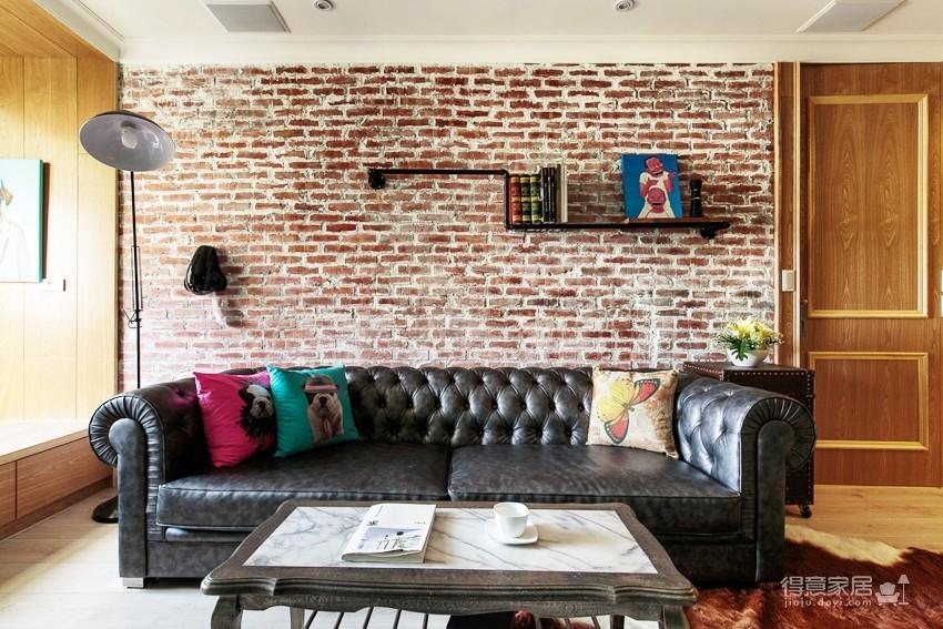 绿色美式电视墙延伸出窗台阅读区,公寓风红砖墙搭配古董皮沙发,主卧室图片