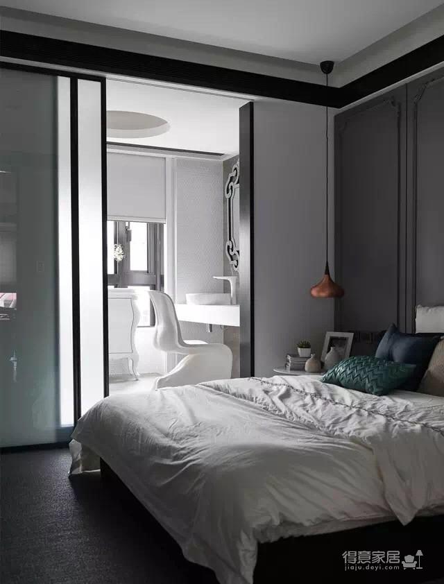 黑白灰永远是现代风格主打的色系。同样大户型,复式两层,一层主要是动区,客餐厅做了很大的会客区,厨房设计的开放式厨房,与餐厅一起,整个一层几乎没有墙体的阻隔,特别的宽敞。二楼作为静区,是业主的休息私密空间,将书房,卧室放在了这一层,同时也做了蛮多书柜和储物柜,收纳相当的棒!
