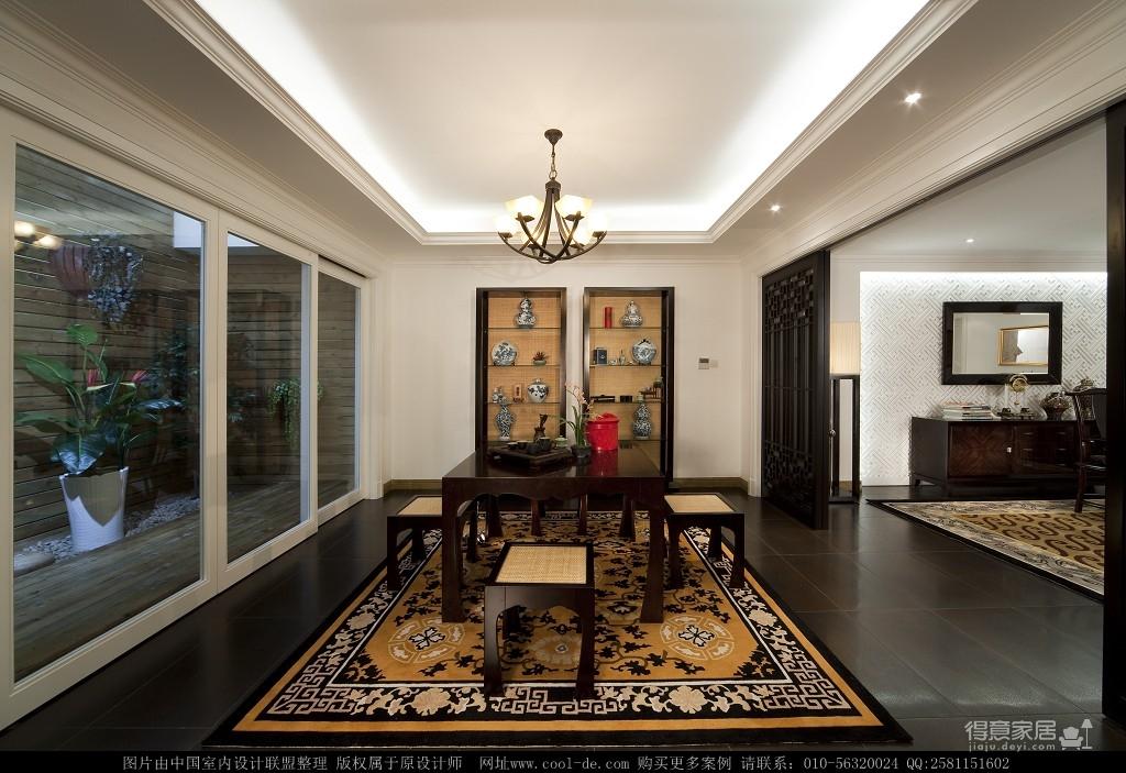 现代风格吊顶配合上欧式的背景墙和沙发