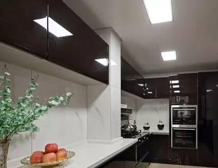 台面以上的白色欧式橱柜整体与墙壁很好地融合