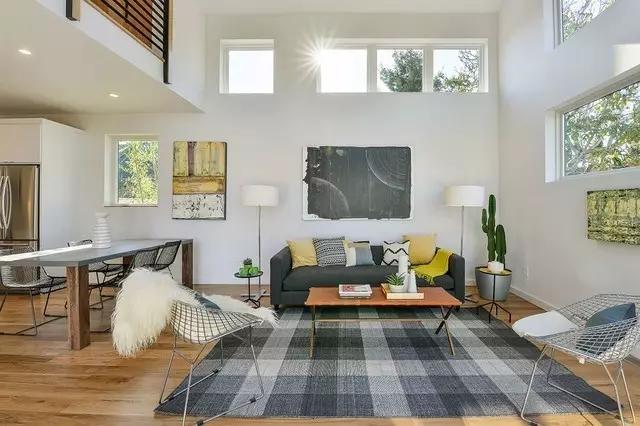 更利于交流没有电视的客厅,沙发和茶几将成为主聚焦点,周边的一切装饰