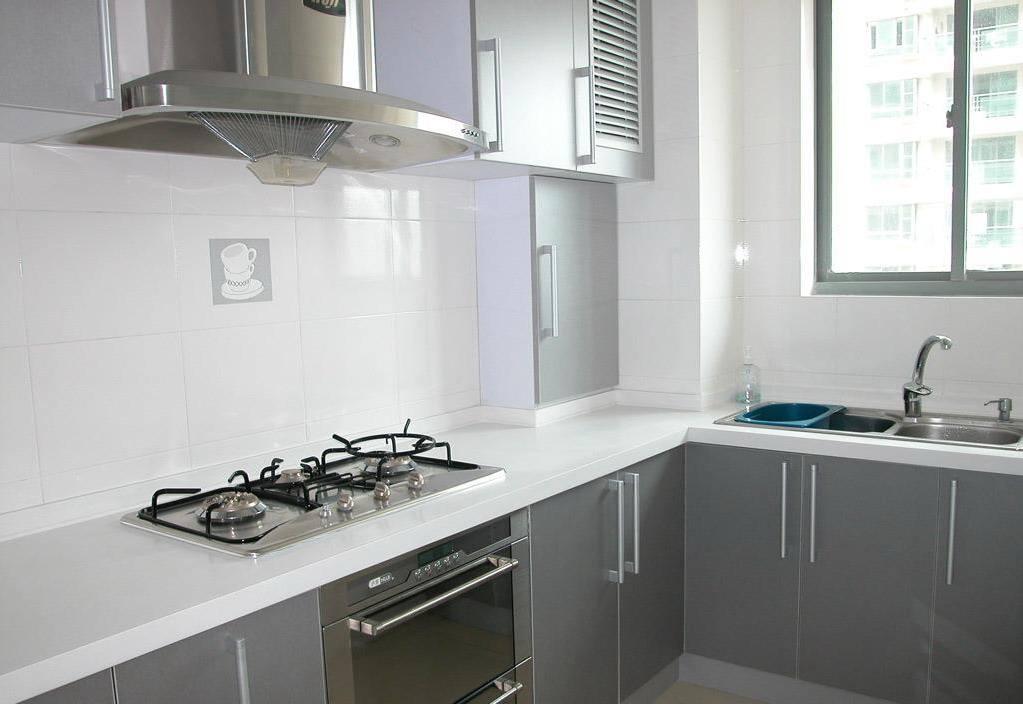 搭配同样白色的厨柜 还有欧式风格吊灯 打造出一个田园风浓郁的厨房