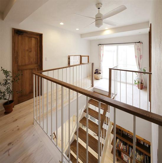 装修tips:客厅及楼梯设计,白色的楼梯,搭配木板,两种纯自然的色彩搭配