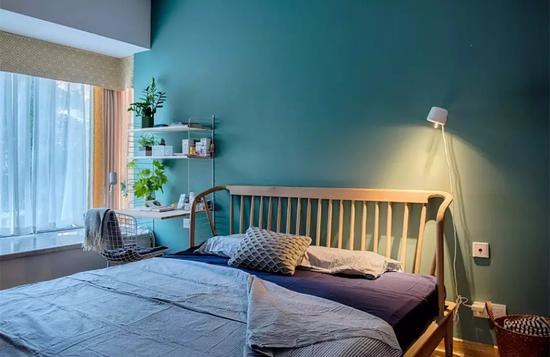 臥室是辛勞一整天后,回到家里休息睡覺的地方;它的氛圍決定著睡眠的質量,進而影響著第二天起來后的戰斗力;而除了床、地板與衣柜等家具,墻面也是決定臥室氛圍的一大因素之一,今天小編就來跟大家分享一下關于臥室墻面顏色,相信會給你帶來一些靈感啟發! 一、經典留白 白色作為一種經典流傳的顏色,是一種實用又耐看的顏色;而且后期拓展也比較強,比如要裝投影儀的時候,白墻可以直接投影,無需另外裝幕布;所以各位如果糾結墻面什么顏色好的,干脆就刷白色簡單又大方!    二、高級灰 灰色作為簡約時尚的經典色,刷到臥室里面同樣是經典